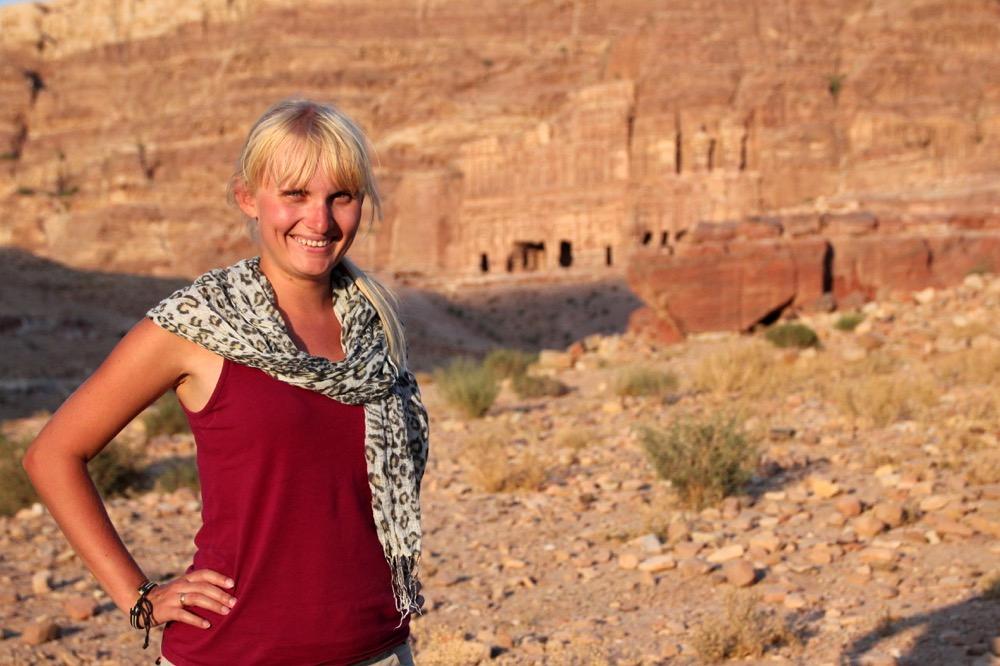petra-jordania-skalne-miasto-blondynka-bliski-wschód-izrael